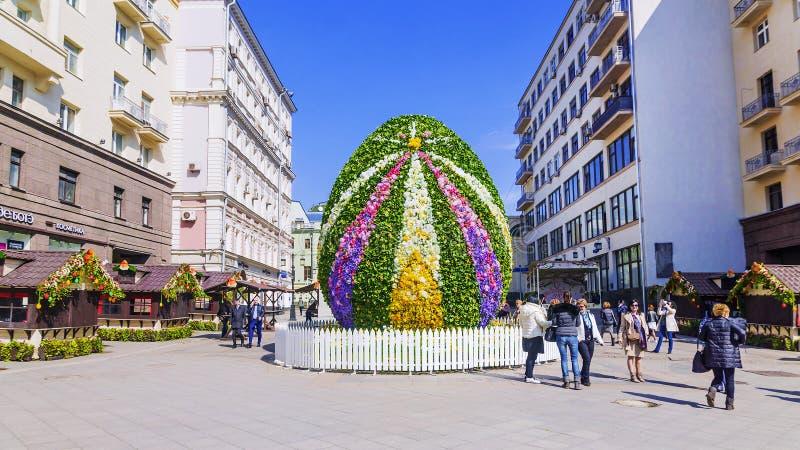 MOSCÚ, RUSIA 11 DE ABRIL DE 2017: un huevo de Pascua gigante en el Kamerge foto de archivo libre de regalías