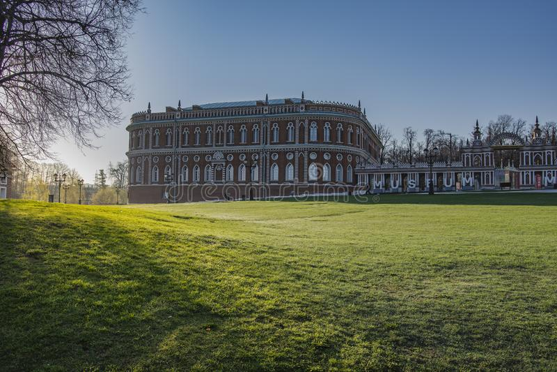 MOSCÚ, RUSIA - 25 DE ABRIL DE 2019: El gran palacio de Tsaritsyn en el Museo-coto de Tsaritsino foto de archivo libre de regalías