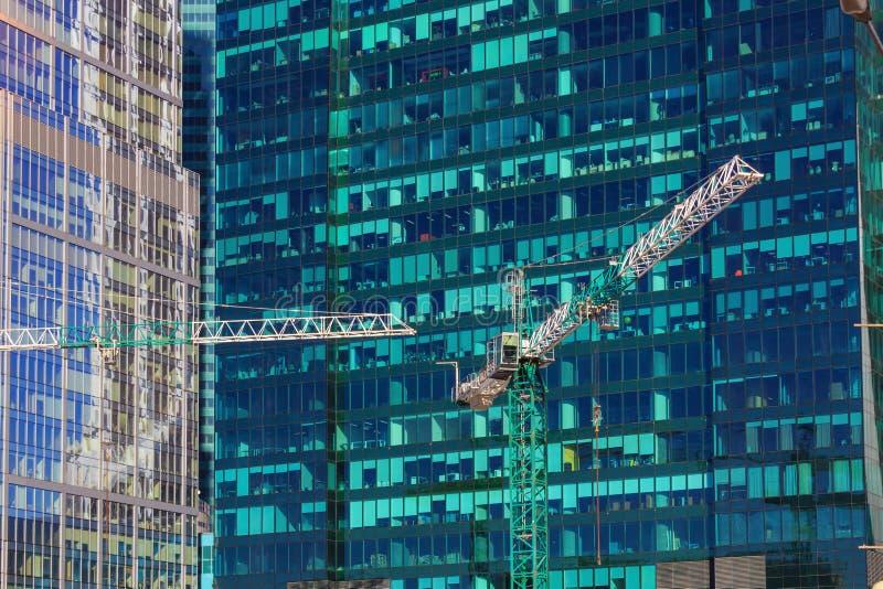 Moscú, Rusia - 14 de abril de 2018: Grúas de construcción en el fondo de las fachadas de cristal del ci internacional de Moscú de fotos de archivo