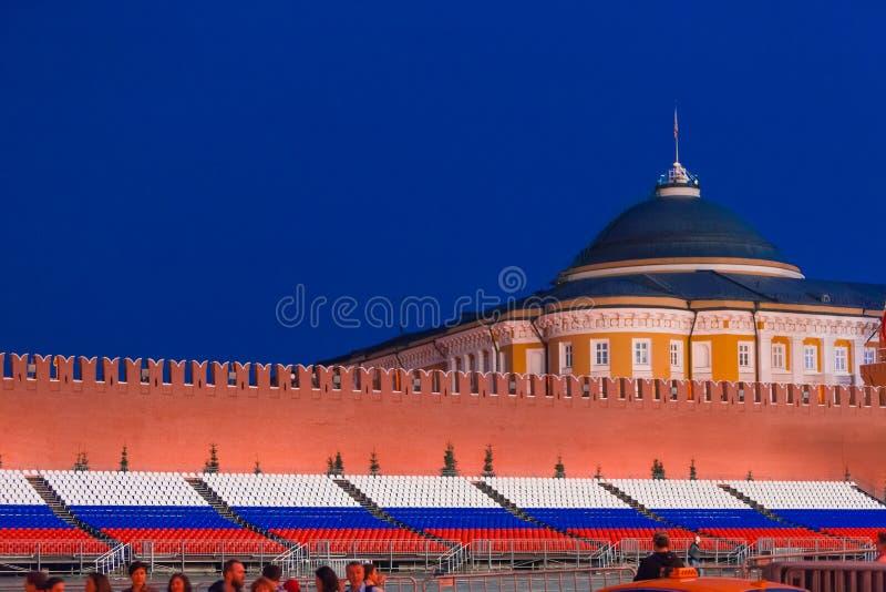 MOSCÚ, RUSIA - 30 de abril de 2018 Opinión sobre el palacio del senado de la Plaza Roja antes de la celebración del 1 de mayo Cre foto de archivo libre de regalías