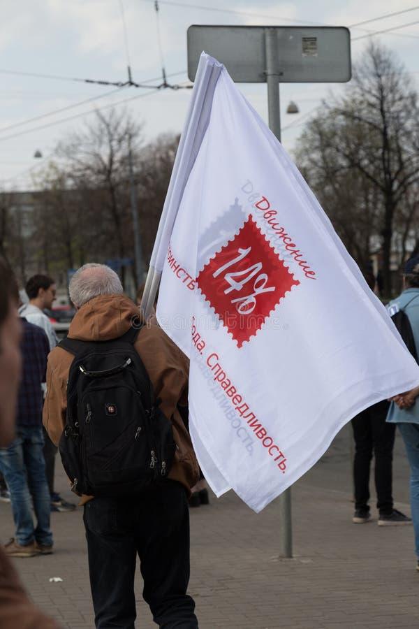 MOSCÚ, RUSIA - 30 DE ABRIL DE 2018: Un hombre con el ` del movimiento 14 del ` de las banderas después de una reunión en la aveni imagen de archivo libre de regalías