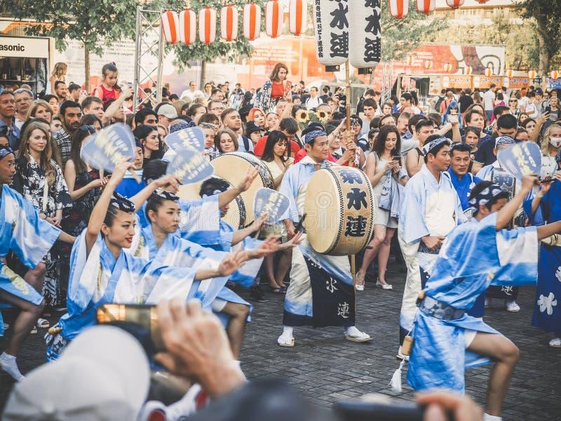 Moscú, Rusia - 9 de agosto de 2018: Awa Dance japenese tradicional Los bailarines realizan la danza de Bon Odori, músicos en azul fotografía de archivo