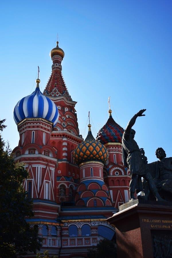 Moscú, Rusia - 17 de agosto de 2018: Catedral del ` s de la albahaca del St en Plaza Roja foto de archivo