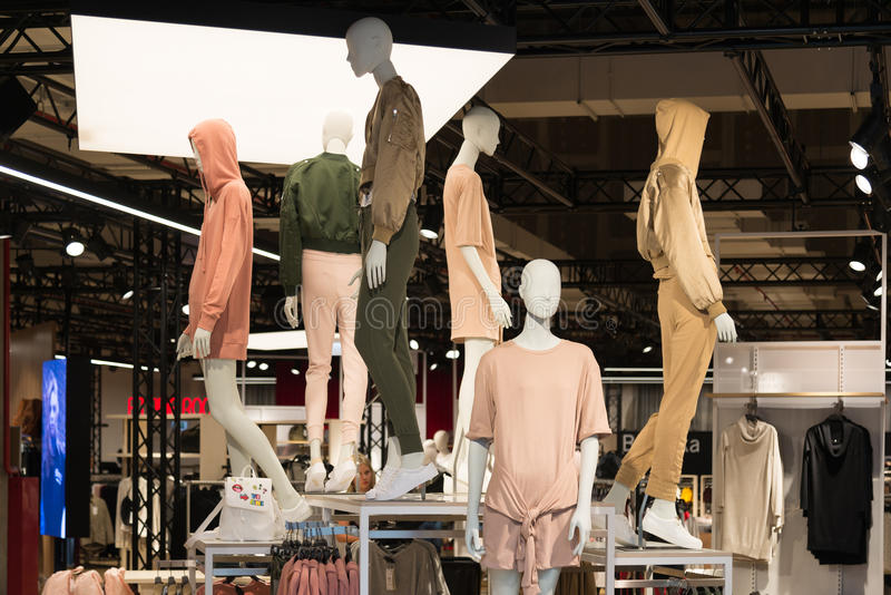 Moscú, Rusia - 30 de agosto de 2016 Interior de la tienda de ropa para mujer con los maniquíes en el centro comercial Zelenopark fotos de archivo libres de regalías