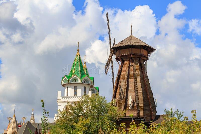 Moscú, Rusia - 6 de agosto de 2018: Molino de viento de madera en Izmailovo el Kremlin en un fondo de la atalaya por mañana solea fotografía de archivo libre de regalías
