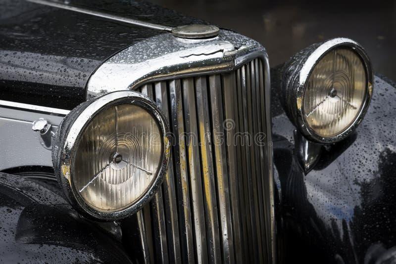 MOSCÚ, RUSIA - 26 DE AGOSTO DE 2017: Primer del coche de Jaguar detal con la capilla con las linternas y el logotipo, auto del vi fotos de archivo