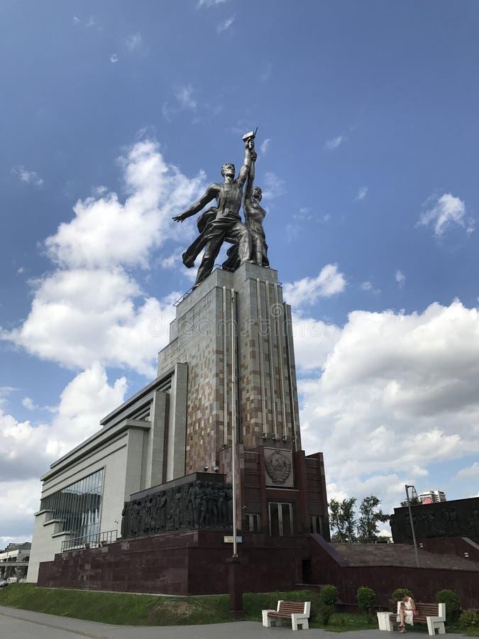 Moscú, Rusia - 5 de agosto de 2017: Trabajador del monumento 'y mujer koljosiana imagenes de archivo