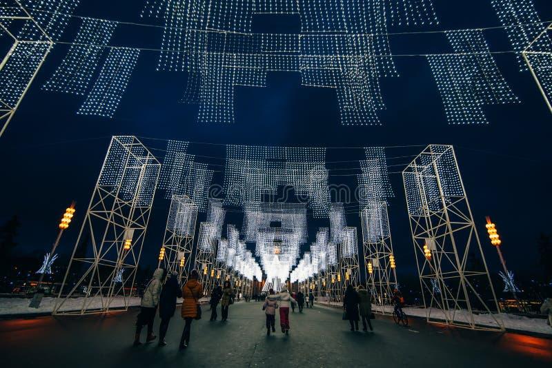 MOSCÚ, RUSIA - 25 DE DICIEMBRE DE 2016: El callejón principal de VDNKH adornó con las luces de la Navidad la noche antes del nuev fotos de archivo libres de regalías