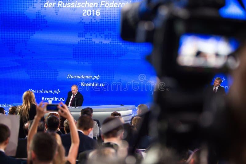 MOSCÚ, RUSIA - 23 DE DICIEMBRE: El presidente de la Federación Rusa Vladimir Vladimirovich Putin una rueda de prensa anual en el  imagenes de archivo