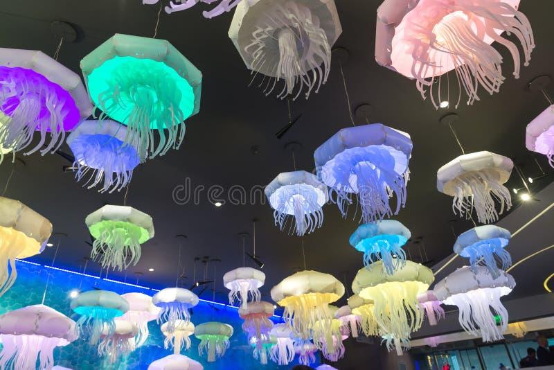 Moscú, Rusia - 10 de diciembre 2016 Lámparas de la forma de medusas en el acuario en Krasnogorsk imagen de archivo libre de regalías