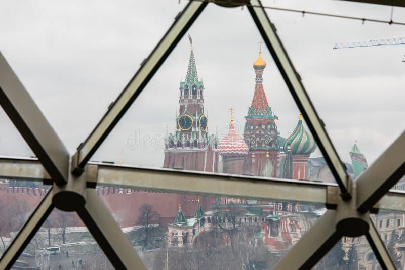 Moscú, Rusia - 10 de diciembre de 2018: visión desde el parque nevado de la Moscú el Kremlin a través del vidrio fotografía de archivo libre de regalías