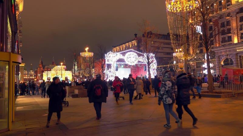 MOSCÚ, RUSIA - 2 DE ENERO DE 2018 Calle apretada de Tverskaya y el Kremlin distante adornados por la Navidad y el Año Nuevo adent imagen de archivo