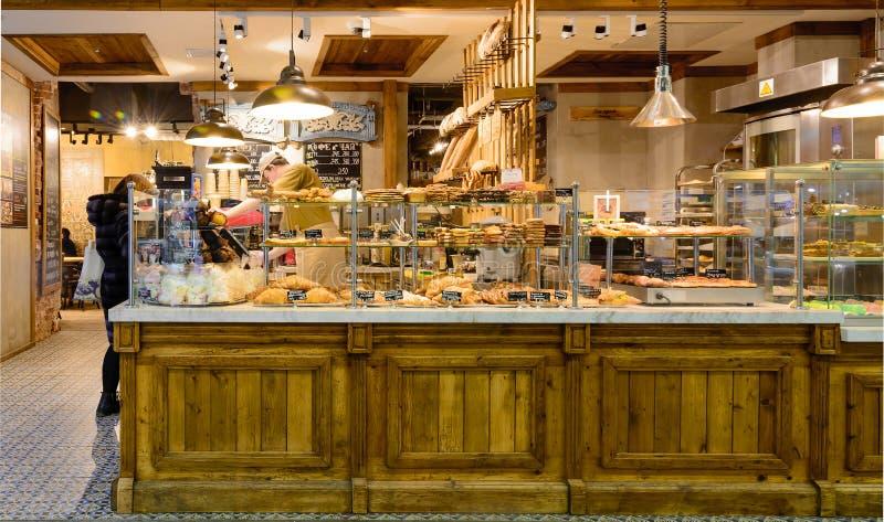 MOSCÚ, RUSIA - 31 DE ENERO DE 2017: Café e interior magnífico de la tienda de la panadería foto de archivo