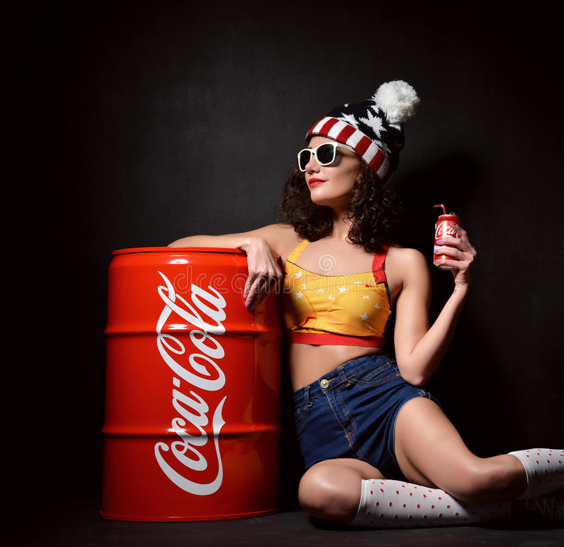 MOSCÚ, RUSIA - 13 DE ENERO DE 2016: Coca-Cola de consumición de la mujer hermosa imagen de archivo libre de regalías
