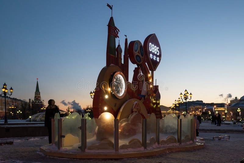 MOSCÚ, RUSIA - 10 de enero 2016 el reloj en el cuadrado de Manezhnaya comenzó cuenta descendiente al comienzo del mundial imagen de archivo libre de regalías
