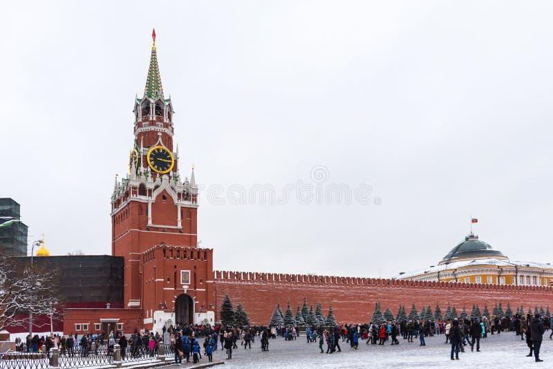 Moscú, Rusia - 5 de enero de 2018: La gente está caminando en Plaza Roja durante las vacaciones de invierno en Moscú, Rusia fotografía de archivo libre de regalías