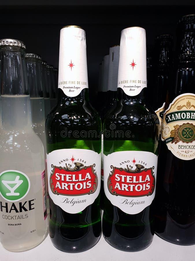 MOSCÚ, RUSIA - 21 de enero 2019 Stella Artois - cerveza belga en la tienda de Pyaterochka foto de archivo libre de regalías