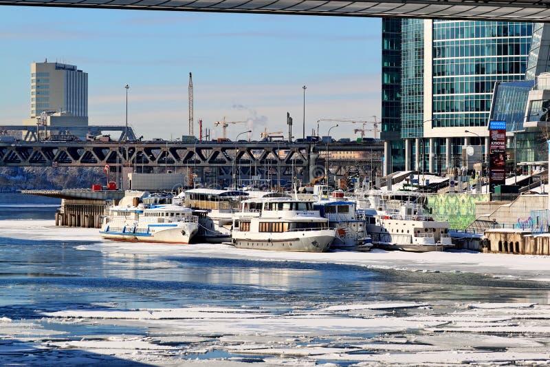 Moscú, Rusia - 14 de febrero de 2019: Barcas en el embarcadero en invierno en la expectativa de épocas más calientes fotos de archivo