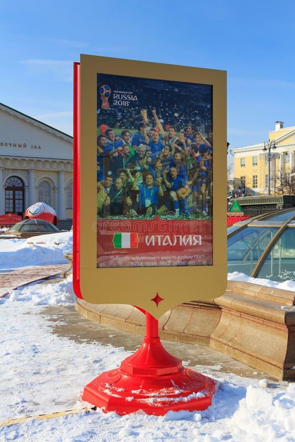 Moscú, Rusia - 14 de febrero de 2018: Cartel de la publicidad dedicado al equipo de fútbol nacional italiano la víspera de la F r imagenes de archivo