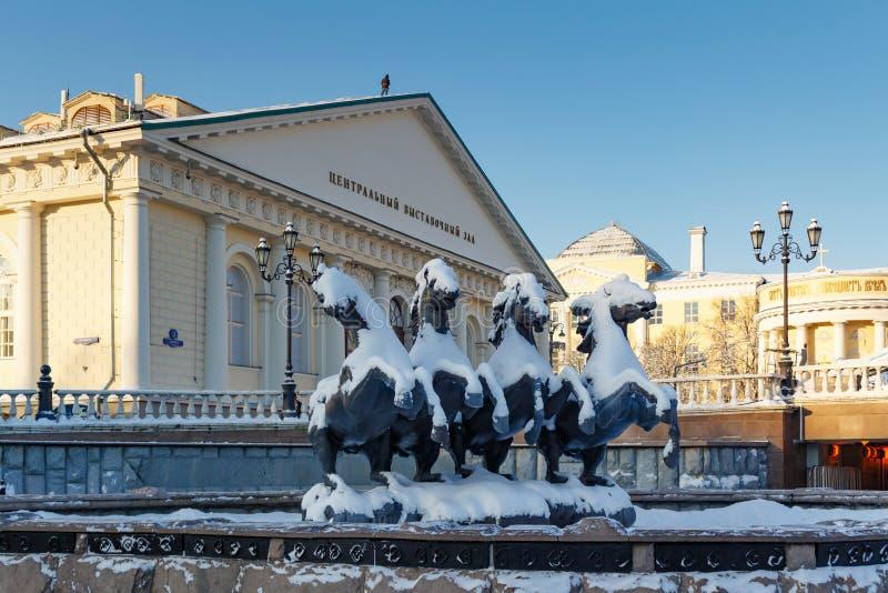 Moscú, Rusia - 1 de febrero de 2018: Edificio de Moscú Manege en invierno Visiónes desde el jardín de Alexandrovsky fotografía de archivo