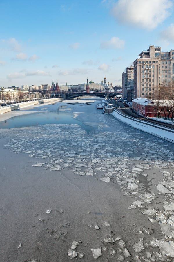 Moscú, Rusia - 22 de febrero de 2018: El Kremlin y el teatro de variedad, el puente y el río de Moscú imagenes de archivo