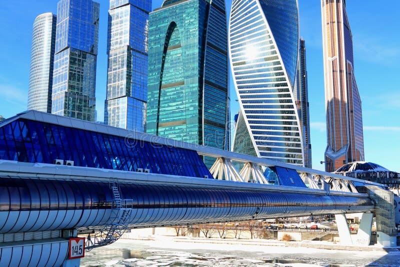 Moscú, Rusia - 14 de febrero de 2019: El puente Bagration y la ciudad internacional de Moscú del centro de negocios de Moscú foto de archivo libre de regalías