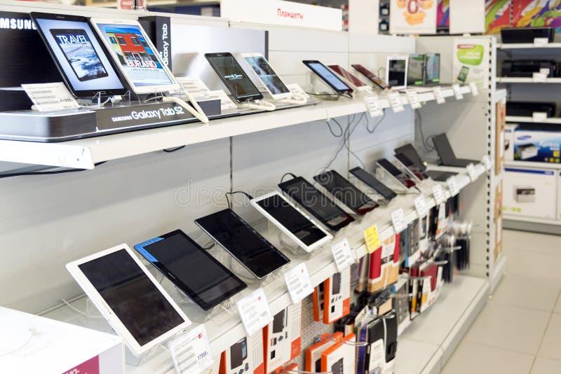 Moscú, Rusia - 2 de febrero 2016 El Tablet PC en Eldorado es tiendas de cadena grandes que venden electrónica foto de archivo