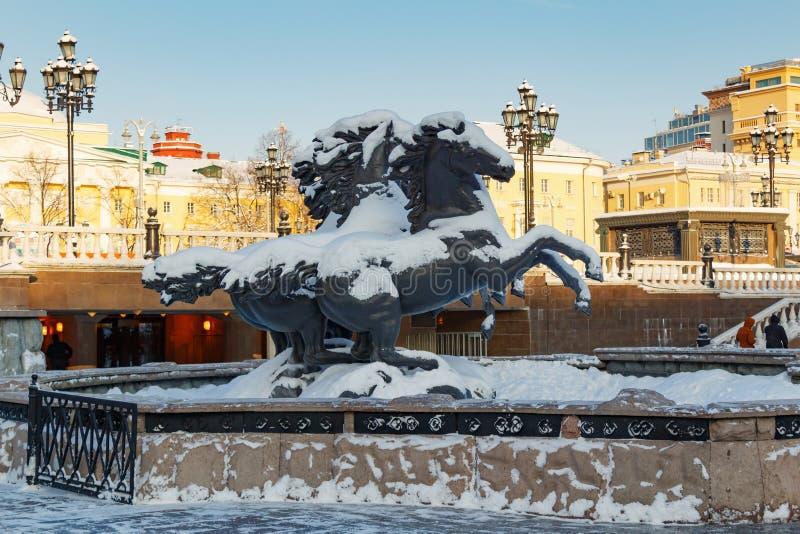 Moscú, Rusia - 1 de febrero de 2018: Grupo escultural la fuente del géiser de cuatro estaciones en el cuadrado de Manezhnaya Invi imágenes de archivo libres de regalías