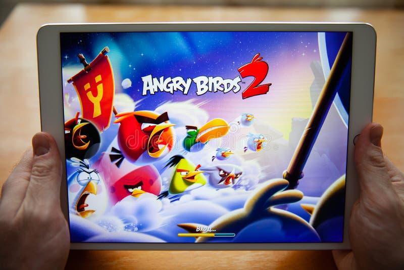 Moscú/Rusia - 25 de febrero de 2019: Ipad blanco a disposición En la pantalla, los pájaros enojados 2 del juego fotos de archivo libres de regalías