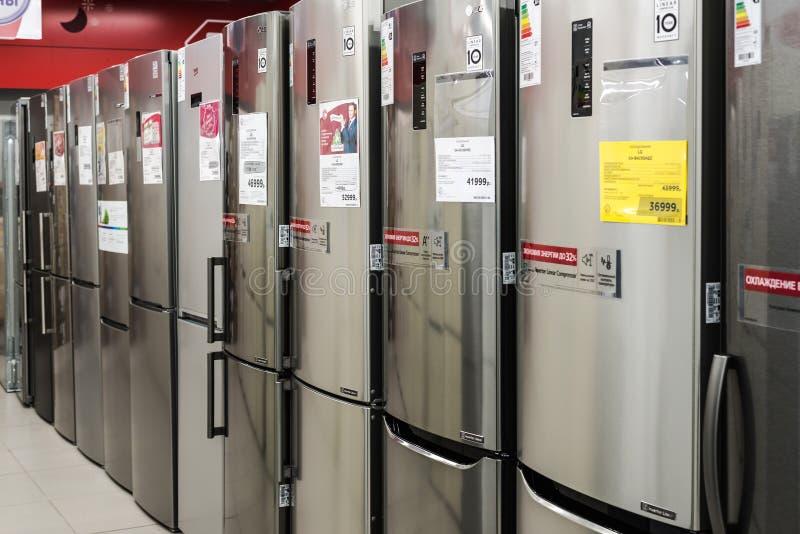 Moscú, Rusia - 20 de febrero de 2018 Refrigeradores grises en Eldorado de la tienda de la electrónica foto de archivo