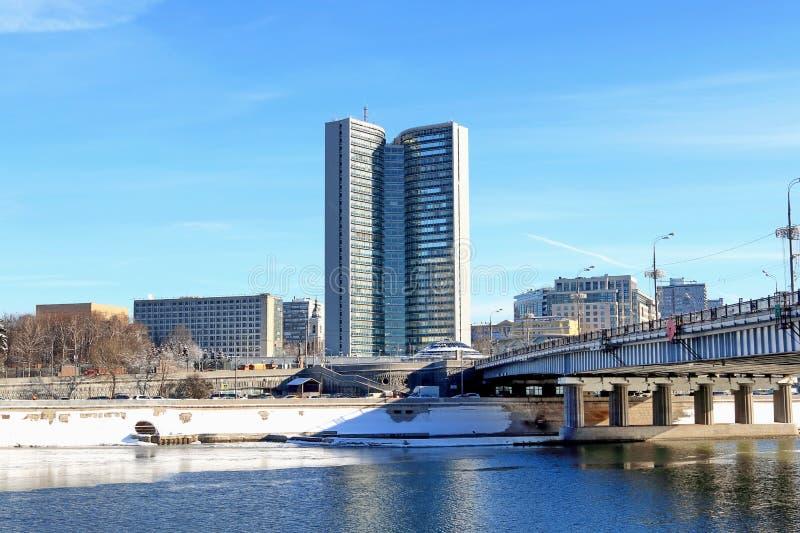 Moscú, Rusia - 14 de febrero de 2019: Terraplén de Krasnopresnenskaya y puente hermosos de Novoarbatsky en un día de invierno bri foto de archivo libre de regalías