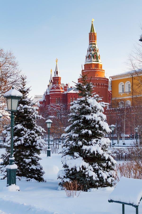 Moscú, Rusia - 1 de febrero de 2018: Torres de Moscú el Kremlin en el fondo nevado de los árboles Visiónes desde el jardín de Ale imagenes de archivo