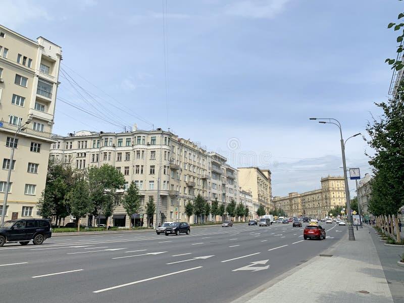 Moscú, Rusia, 16 de julio de 2019 Autos bajando por la calle Zemlyanoy val Earthen Shaft en Moscú imagenes de archivo
