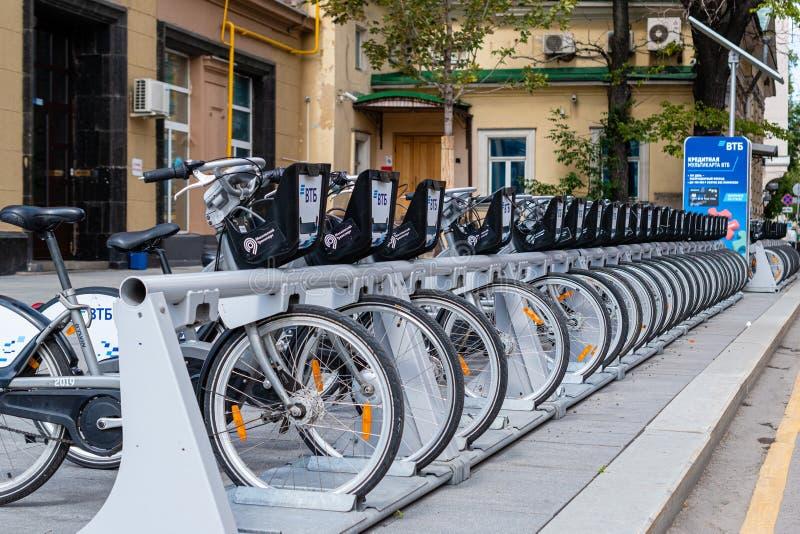 Moscú, Rusia - 9 de julio de 2019: Banco de la publicidad VTB de la bicicleta que parquea en la calle en el centro de ciudad fotografía de archivo libre de regalías