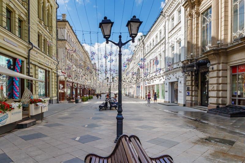 Moscú, Rusia - 28 de julio de 2019: Calle turística popular de Nikolskaya de la señal en Moscú Arquitectura del centro histórico  fotografía de archivo