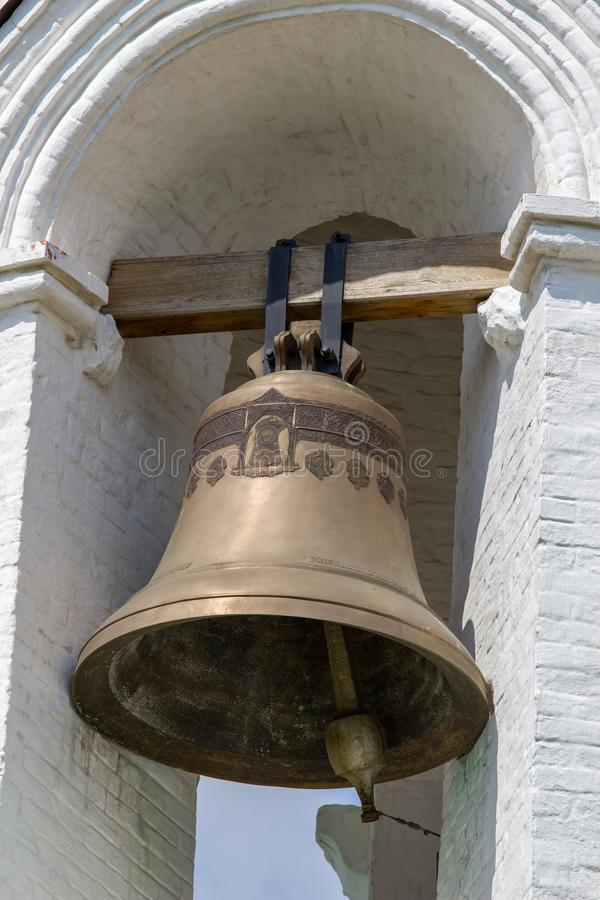 Moscú/Rusia - 22 de julio de 2013: campana de sonido grande en un campanario blanco imágenes de archivo libres de regalías