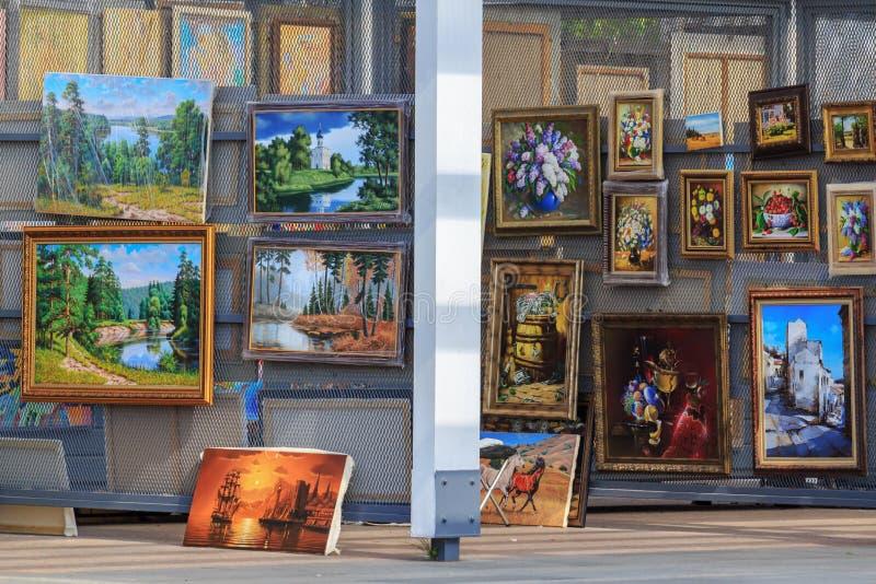 Moscú, Rusia - 30 de julio de 2018: Exposición de pinturas de los artistas contemporáneos cerca de la nueva galería de Tretyakov  foto de archivo libre de regalías