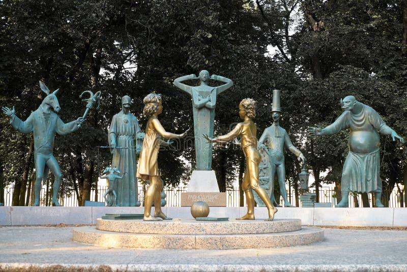 Moscú, Rusia - 24 de julio de 2008: Los niños son las víctimas de vicios adultos son un grupo de esculturas de bronce creadas por foto de archivo libre de regalías