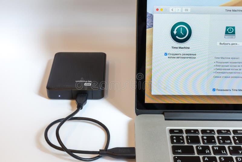 Moscú/Rusia - 7 de julio de 2019: MacBook abierto, Time Machine en pantalla del programa Una unidad de disco duro externa está co fotos de archivo