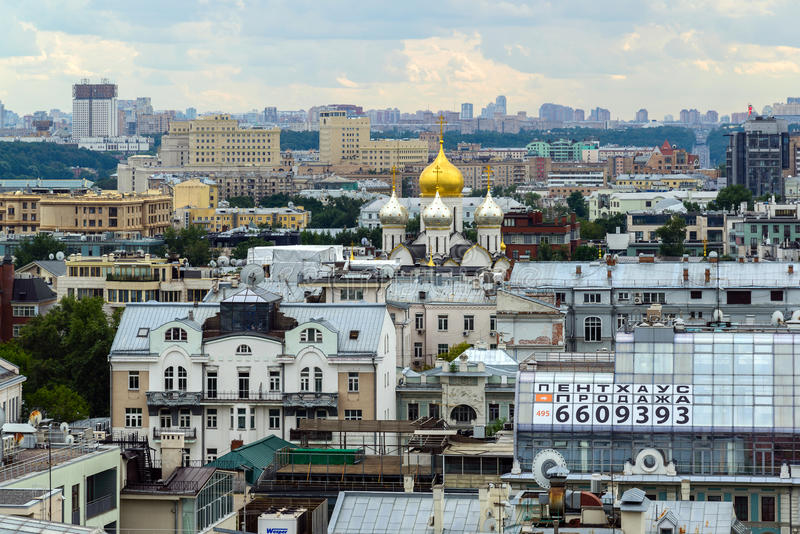 Moscú, Rusia - 25 de julio 2017 Paisaje de la ciudad del centro con el templo foto de archivo