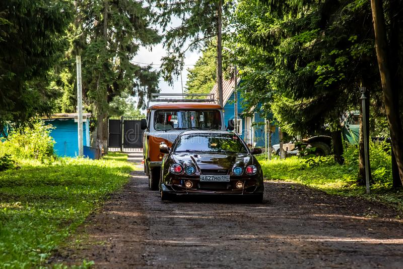 Moscú, Rusia - 13 de julio de 2019: Paseos de Toyota Celica 202 a lo largo de un camino forestal fotos de archivo libres de regalías