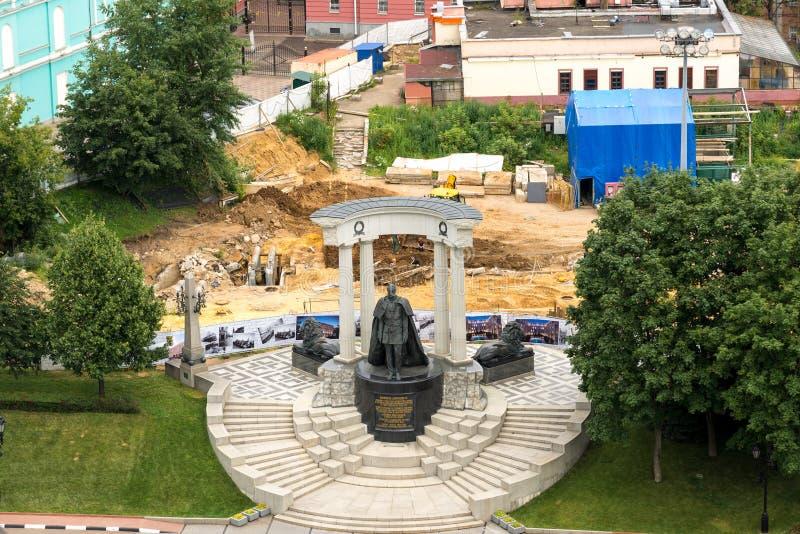 Moscú, Rusia - 25 de julio 2017 Reconstrucción del cuadrado cerca del monumento al zar Alexander 2 fotografía de archivo