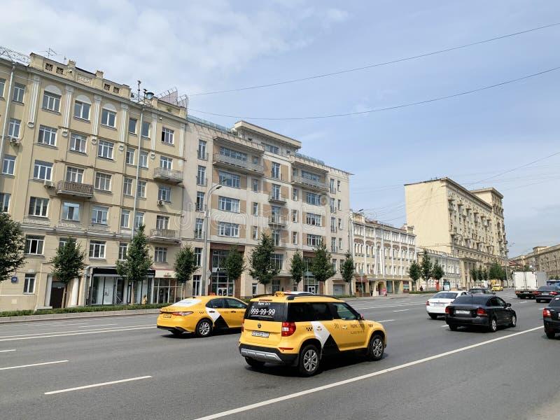 Moscú, Rusia, 16 de julio de 2019 Taxi amarillo conduciendo por la calle Zemlyanoy Val Earthen Shaft imagen de archivo libre de regalías