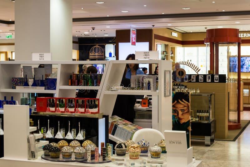 Moscú, Rusia - 25 de julio 2017 Venta de perfumes y de cosméticos en la tienda Zum imágenes de archivo libres de regalías