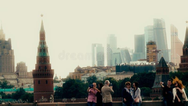 MOSCÚ, RUSIA - 11 de junio de 2017 Los turistas hacen las fotos y los selfies cerca del Kremlin, señal rusa famosa fotografía de archivo libre de regalías
