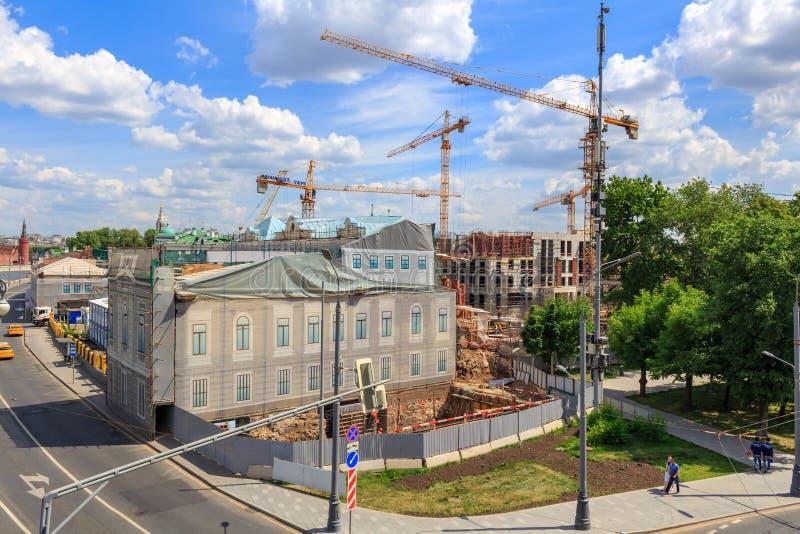 Moscú, Rusia - 3 de junio de 2018: Grúas de gran altura en el emplazamiento de la obra en el centro de Moscú en un fondo del ciel fotos de archivo