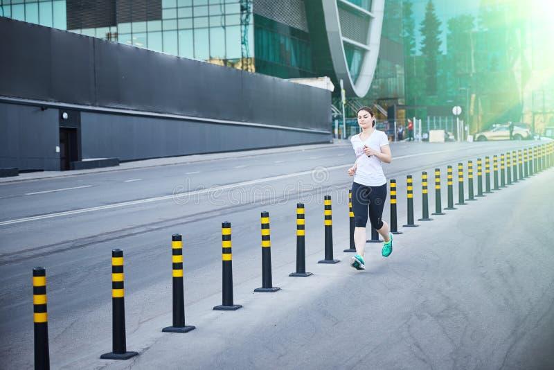 Moscú, Rusia - 11 de junio de 2019 la muchacha está corriendo abajo de la calle imagen de archivo