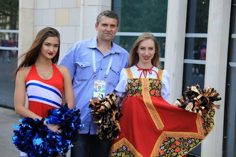 MOSCÚ, RUSIA - 26 de junio de 2018: las fans toman la foto con los modelos rusos de la belleza antes del juego del grupo C del mu fotos de archivo libres de regalías