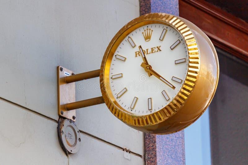 Moscú, Rusia - 2 de junio de 2019: Reloj análogo Rolex de la calle en la caja de oro que cuelga en una pared sobre la entrada a l fotos de archivo libres de regalías