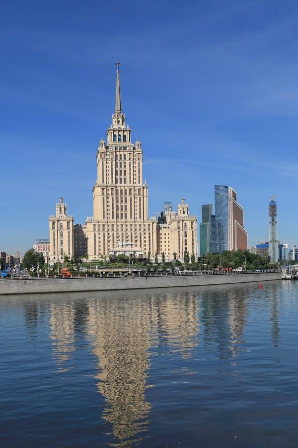 Mosc?, Rusia - 16 de junio de 2018: Taras Shevchenko Embankment con la arquitectura muy interesante de momentos diferentes fotos de archivo